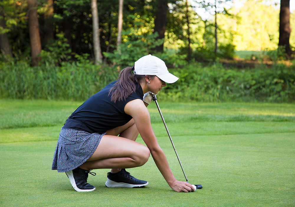 Woman getting ready to putt | Braestone Club Gallery